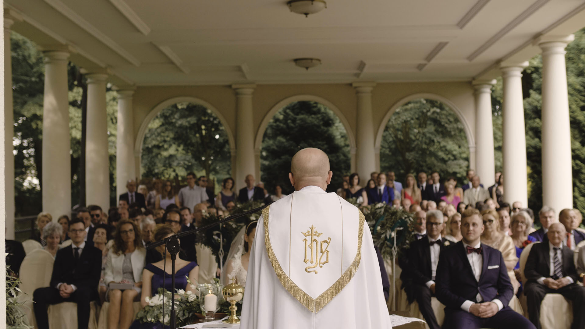 38 ślub kościelny w plenerze ksiądz