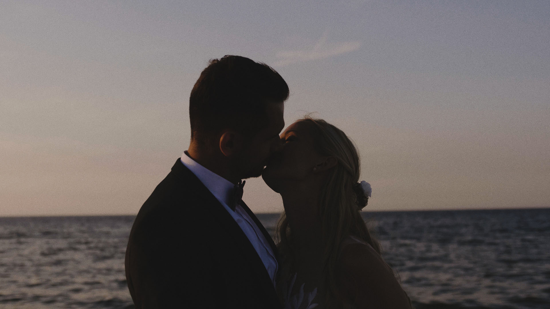 73 pocałunek pary młodej nad morzem