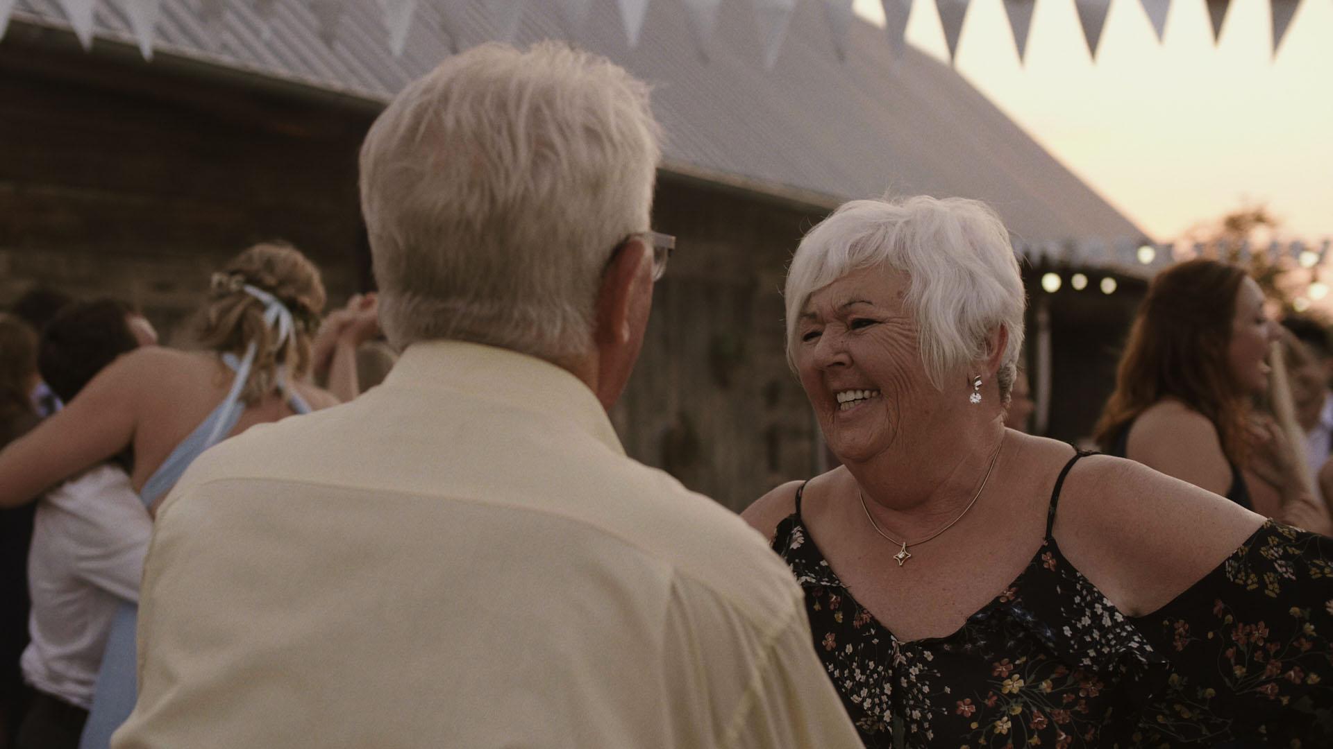 102 folwark ruchenka stodoła wesele ślub humanistyczny. film ślubny