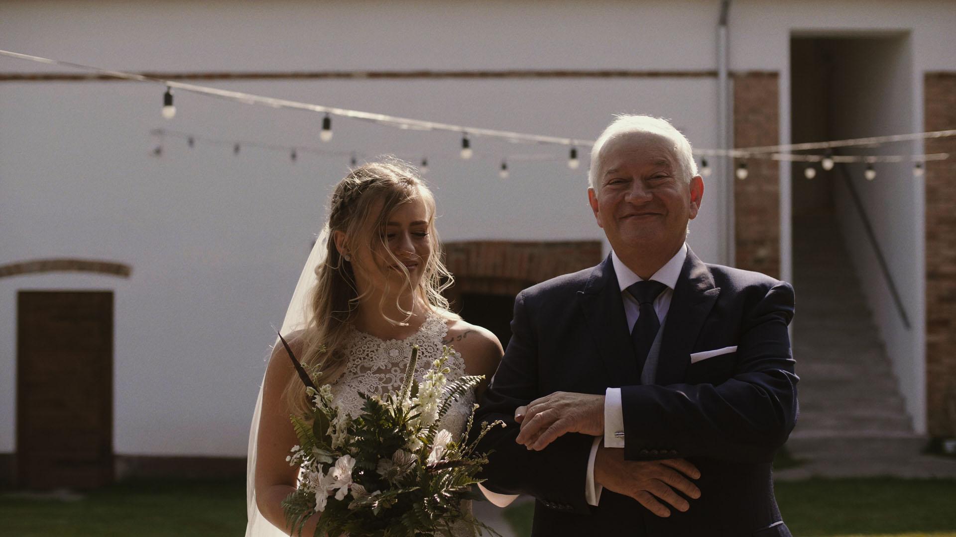 60 folwark ruchenka stodoła wesele ślub humanistyczny. film ślubny. ojciec z córką