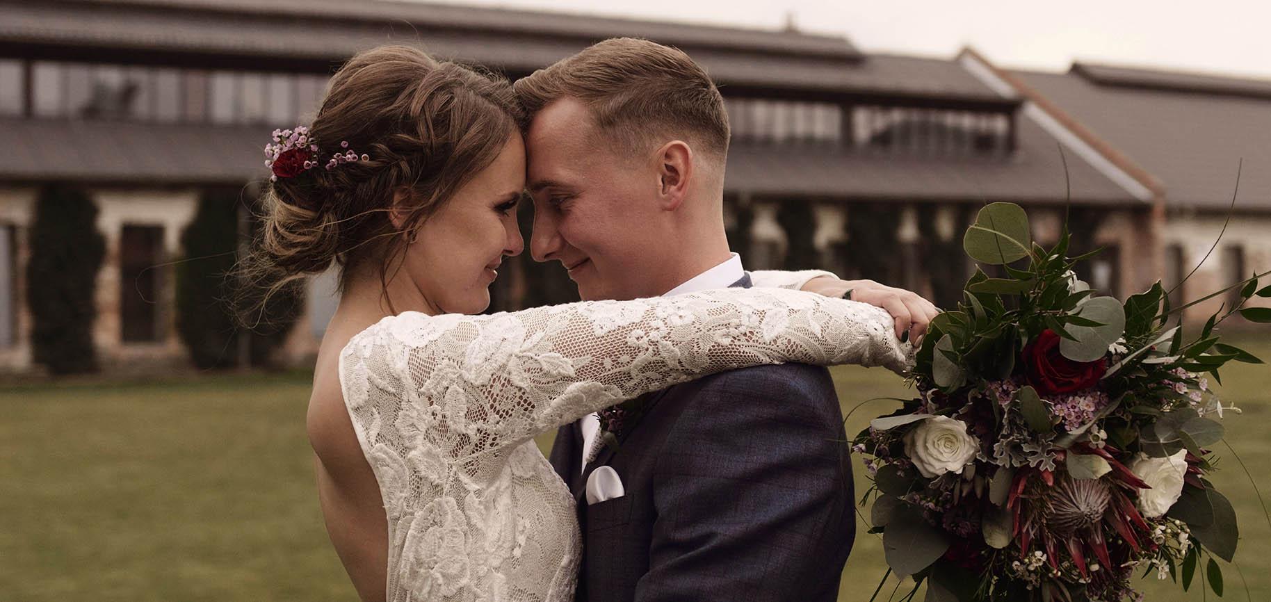 ceglarnia wesele w stodole film ślubny rustykalny ślub ekipa filmowa
